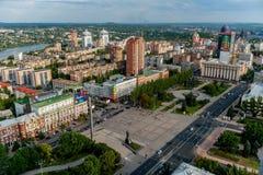 DONETSK UKRAINA - Augusti 2, 2013: panoramautsikt av Donetsk den centrala Lenin fyrkanten från över Arkivbild