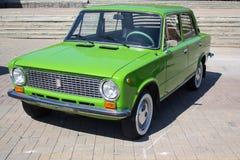 Donetsk Ukraina - Augusti 26, 2018: Sovjet-gjord retro bil VAZ-2101 på utställningen arkivbilder