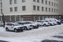 Donetsk Ukraina - December 23, 2016: Beskickning för bilar OSSE royaltyfria foton