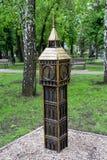 Donetsk Ukraina - Maj 09, 2017: Miniatyrkopia av Big Ben i en parkera Fotografering för Bildbyråer