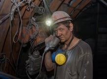 Donetsk Ukraina - mars, 14, 2014: Gruvarbetare med en telefon Arkivfoton