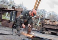 Donetsk Ukraina - November, 06, 2012: Man som arbetar den bitande facklan Royaltyfria Bilder