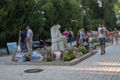 Donetsk Ukraina, Sierpień, - 26, 2008: Mieszczucha przespacerowanie na Pushkin bulwarze zdjęcia stock
