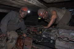 Donetsk, Ukraine - August, 16, 2013: Bergmänner nahe dem Kohlenbergbau Lizenzfreies Stockfoto