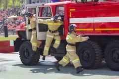 Donetsk, Ukraine - 29 avril 2017 : Sapeurs-pompiers pendant la concurrence photo stock