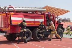 Donetsk, Ukraine - 29 avril 2017 : Sapeurs-pompiers pendant la concurrence images stock