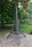 Donetsk, Ukraine - 9. Mai 2017: Miniaturkopie des Eiffelturms im Park Lizenzfreies Stockfoto