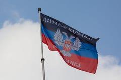Donetskk, de Oekraïne - Augustus 27, 2017: Vlag van de self-proclaimed de Mensen` s Republiek van Donets op het centrale vierkant Stock Foto
