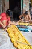 Dong Anh, Hanoï, Vietnam - 20 septembre 2015 : Un homme et son épouse font le bois découpant des produits devant leur maison en v Photo stock