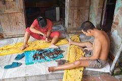 Dong Anh, Hanoi, Vietnam - 20 de septiembre de 2015: Un hombre y su esposa hacen la madera que tallan productos delante de su cas Fotos de archivo libres de regalías
