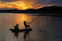 Dong Mo jezioro z kilka fishers łapie ryba netto oklepem w pięknym zmierzchu okresie w syna Tay miasteczku, Hanoi, Wietnam Obraz Royalty Free