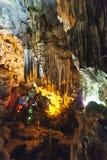 Dong Thien Cung Cave interior que adornó con las luces coloridas artificiales en la bahía larga de la ha Quang Ninh, Vietnam imágenes de archivo libres de regalías