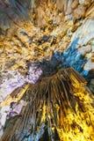 Dong Thien Cung Cave interno que decorou com luzes amarelas e azuis artificiais na baía longa do Ha Quang Ninh, Vietname imagens de stock royalty free