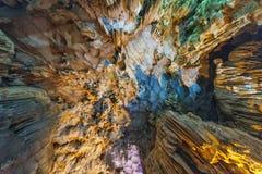 Dong Thien Cung Cave interno que decorou com luzes amarelas e azuis artificiais na baía longa do Ha Quang Ninh, Vietname imagens de stock