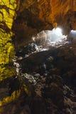 Dong Thien Cung Cave interno que decorou com luzes coloridas artificiais na baía longa do Ha Quang Ninh, Vietname foto de stock