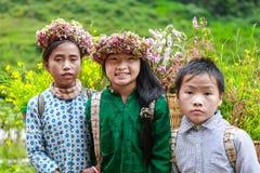 DONG VAN, HA GIANG, VIETNAM, el 14 de noviembre de 2017: La minoría étnica no identificada embroma con las cestas de flor de la r Imagen de archivo libre de regalías