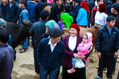 DONG VAN, HA GIANG, VIETNAME, o 18 de novembro de 2017: Povos de Hmong, Dong Van montanhoso, Ha Giang, gado que troca, mercado ex imagens de stock royalty free