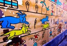 Dongba språk i teckningsväggen Royaltyfria Bilder