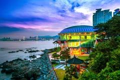 Dongbaekeiland met Nurimaru-het Huis van APEC en Gwangan-brug bij s Stock Foto's