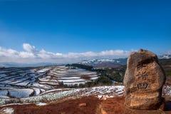 Dongchuan, campo nevoso della terra rossa del Yunnan nei terrazzi concavi del punteggio Immagini Stock Libere da Diritti