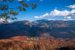 Dongchuan, fossa sunsetting della terra rossa del Yunnan a terrazze Immagini Stock Libere da Diritti