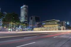Dongdaemun dans le paysage urbain de nuit en Corée Images libres de droits