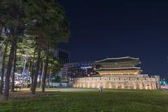 Dongdaemun dans le paysage urbain de nuit en Corée Photos stock