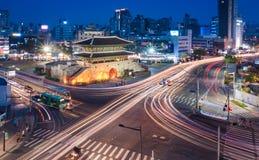 Dongdaemun port och trafik Arkivfoto
