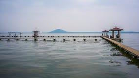 Donghu东部湖的亭子和磨山小山在背景中在吴 图库摄影