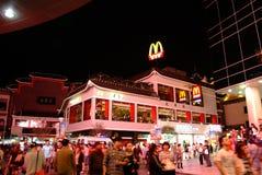 dongmen步行街道的麦克唐纳在深圳,中国 库存照片