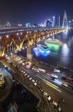 Dongshuimenbrug over Yangtze-Rivier bij nacht stock afbeelding