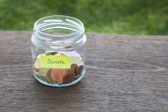 Doni i soldi alla carità Fotografie Stock Libere da Diritti