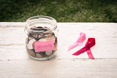 Doni i soldi alla carità del cancro al seno Immagini Stock Libere da Diritti