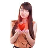 Doni il cuore Ragazza che tiene cuore rosso Isolato su bianco Immagini Stock