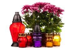 Doniosły świeczka lampion z kwiatami odizolowywającymi na bielu Obrazy Royalty Free
