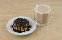 Donit de chocolat et petit déjeuner de képhir de chocolat images stock