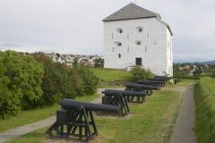 Donjon e canhões da fortaleza de Kristiansten exteriores em Trondheim, Noruega Fotografia de Stock Royalty Free