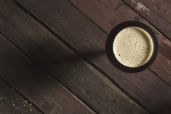 Donker bier in een glas stock foto's