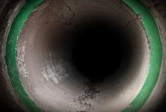 Donker binnenland van ronde concrete tunnel Stock Afbeeldingen