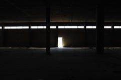 Donker binnenland in verlaten fabriek Stock Foto
