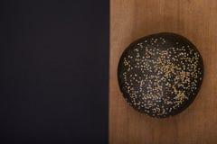 Donker brood met sesam Hoogste mening royalty-vrije stock foto