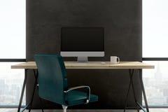 Donker bureau met het lege computerscherm Royalty-vrije Stock Afbeeldingen