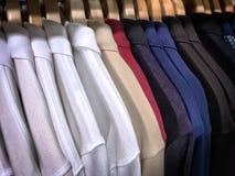 Donker en Licht Polo Shirts op Hangers royalty-vrije stock foto