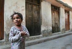 Donker-gevild Afrikaans Moslim oud meisje 10 jaar, Tanzania, Zanziba Stock Foto's