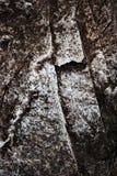 Donker granietblok met een barst royalty-vrije stock afbeelding