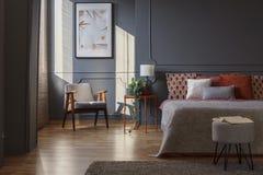 Donker grijs slaapkamerbinnenland royalty-vrije stock foto's