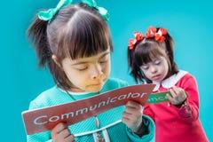 Donker-haired geinteresseerde meisjes die affiches met belangrijke berichten houden stock fotografie