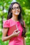 Donker-haired jonge vrouw met rood Stock Fotografie