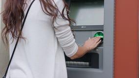 Donker-haired jonge vrouw voor ATM Royalty-vrije Stock Foto