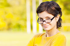 Donker-haired meisje in glazen Stock Fotografie
